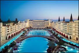 Où se trouve le luxueux hôtel Mardan Palace ?