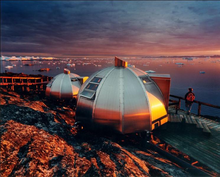 Chaque année, les icebergs du fjord glacé d'Ilulissat offre un spectacle d'environ 35 km3 de glace. Ce phénomène est inscrit au patrimoine mondial de l'UNESCO et constitue l'un des glaciers les plus actifs et qui se déplace le plus rapidement au monde. Peut-être Trump va-t-il vouloir l'acheter au Danemark.Où sont ces igloos, aux premières loges pour observer le flot continu d'icebergs massifs ?