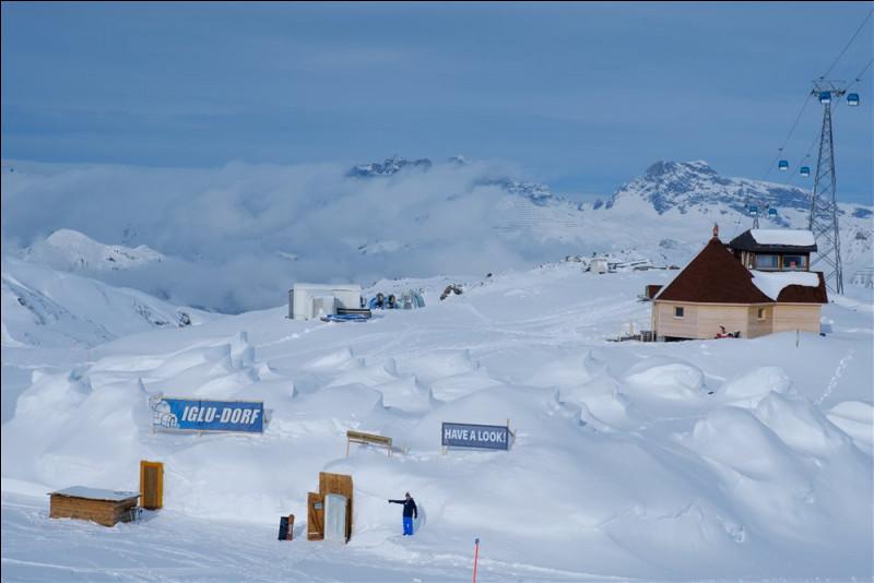 Cette région de Parsenn est considérée comme l'une des origines du ski en Suisse. Pendant les heures de ski, on ouvre le village d'igloo et son bar à la visite : il nous faut garder notre tête pour nos skis.Nommez cet ''Igloo Village'' qui est situé sous la station Weissfluhjoch, à la jonction Schifer / Totalp, à 2620 m d'altitude.