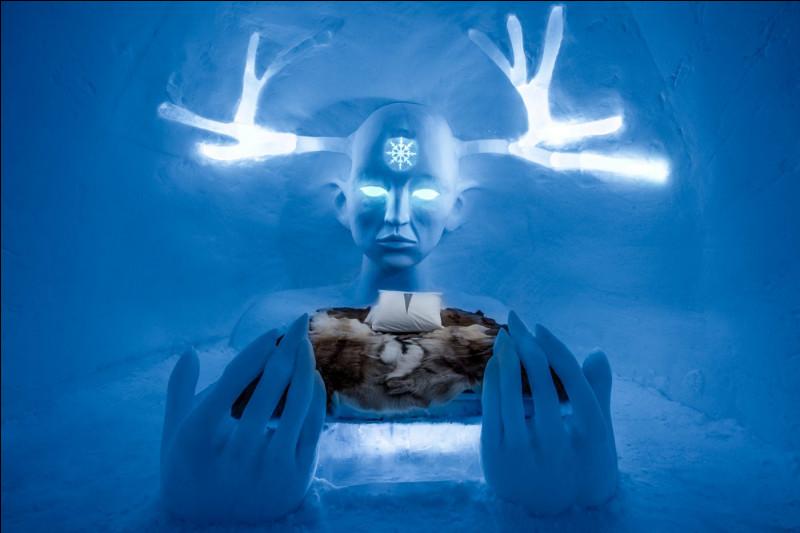 Dans ce Palais de glaces éternelles, à sa 29e année d'existence, des sculpteurs sur glace viennent du monde entier pour donner forme aux suites à thème, comme celle-ci, à partir de 5 000 tonnes de blocs de glace coupés à la tronçonneuse dans le fleuve Torne. Trouvez le nom du plus ancien hôtel de glace au monde. Merci d'avoir voyagé avec moi : je vous invite à prendre un vin chaud à notre santé.