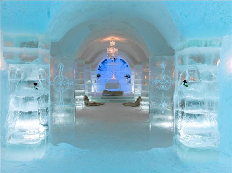 On nous offre de tenter l'expérience avec d'épaisses peaux de rennes recouvrant les lits et le sauna : après tout, c'est en Laponie. Conduisez une motoneige pour découvrir le paysage du Finnmark ou profitez d'un traîneau tiré par des rennes pour admirer les aurores boréales.Trouvez cet hôtel de glace qui est le plus septentrional de la planète.