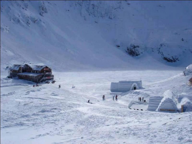 Cet endroit isolé est perché à près de 2 000 m d'altitude : en fait, l'hôtel est uniquement accessible par funiculaire. Chaque année en décembre, il prend une nouvelle forme construit à partir de la glace récupérée dans le lac et sculptée.Trouvez cet endroit quand même pas si tranquille parce que les invités peuvent y louer des motoneiges, y faire aussi du rafting et du tubing sur la neige.