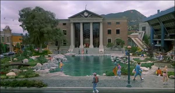 Dans quelle ville habite Marty McFly?