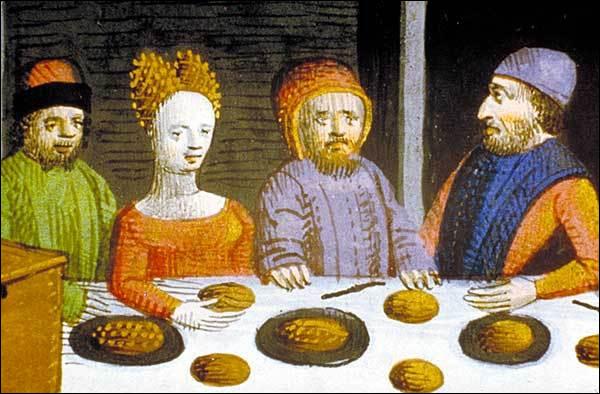 Quel est l'ancêtre de l'assiette qui, au Moyen Âge, servait en général à deux personnes ?