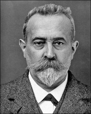 Qu'est-ce que le français Alphonse Bertillon a été le premier à utiliser en 1894 pour identifier les malfaiteurs ?