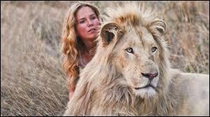 Comment s'appelle le film dans lequel une jeune fille se lie d'amitié avec un lion blanc ?