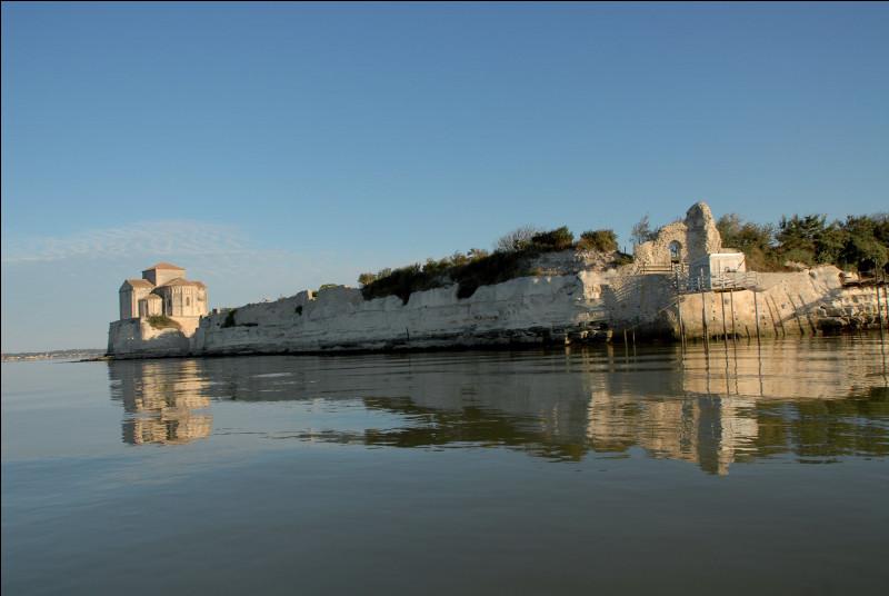 Mais point n'est besoin de voyager si loin pour contempler Talmont, hors période touristique, sur l'embouchure de la ...