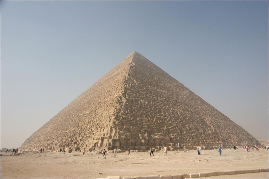 Laquelle de ces trois affirmations concernant la Pyramide de Khéops est juste ?
