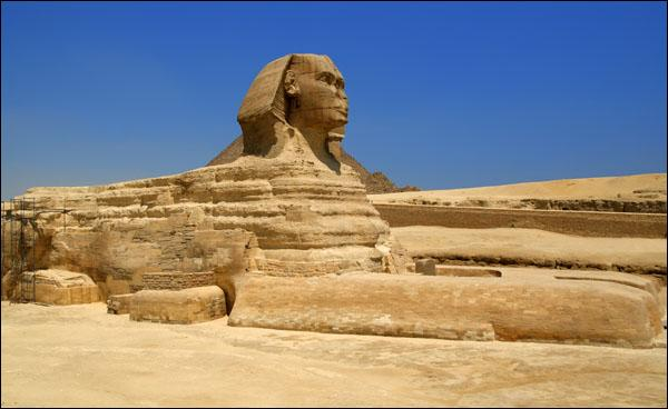 Vers quelle direction la tête du Sphinx est-elle tournée ?