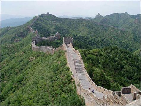 Comment est surnommée La Grande Muraille en chinois ?