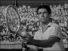 Quel est ce film d'Hitchcock dans lequel le héros Guy Haines (Farley Granger) dispute un long match de tennis à un moment décisif du film ?