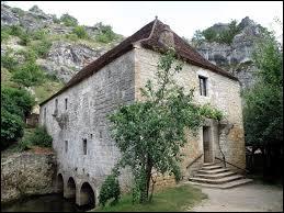 Nous sommes en Occitanie devant le moulin de Cougnaguet, à Calès. Commune de l'arrondissement de Gourdon, elle se situe dans le département ...