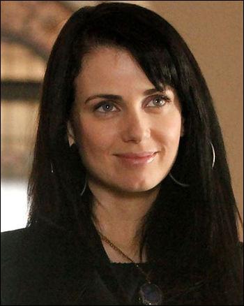 La mère biologique d'Elena est...