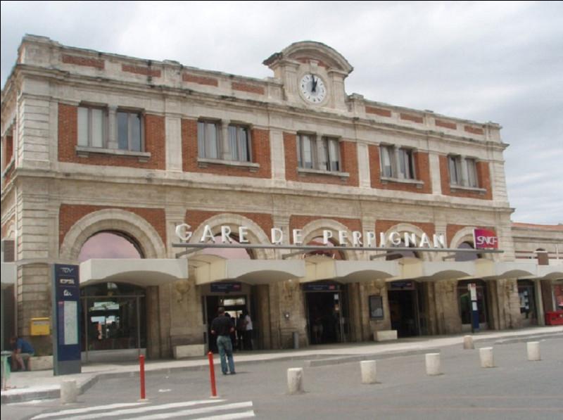 Quel peintre surrréaliste considérait la gare de Perpignan, comme étant le centre du monde ?