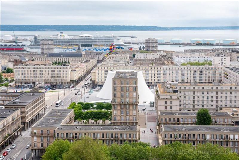 Quelle ville presque entièrement détruite après la guerre de 39-45, l'architecte Auguste Perret a-t-il reconstruite ?