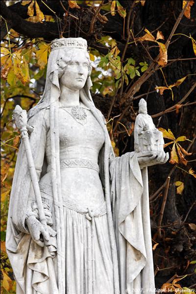 D'après la légende, qu'avait de grand la mère de Charlemagne?