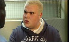 De quoi se fait insulter André par le jeune lorsqu'Andre est en cellule ?Completez les pointillés lors du dialogue entre André et le blond !André, se levant aussi : Hé, baisse d'un ton, l'albinos!Le jeune : Il va s'calmer, '........' !