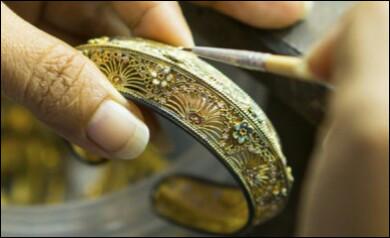 Comment s'appelle l'artisan créateur d'objets précieux de décoration en métal ?