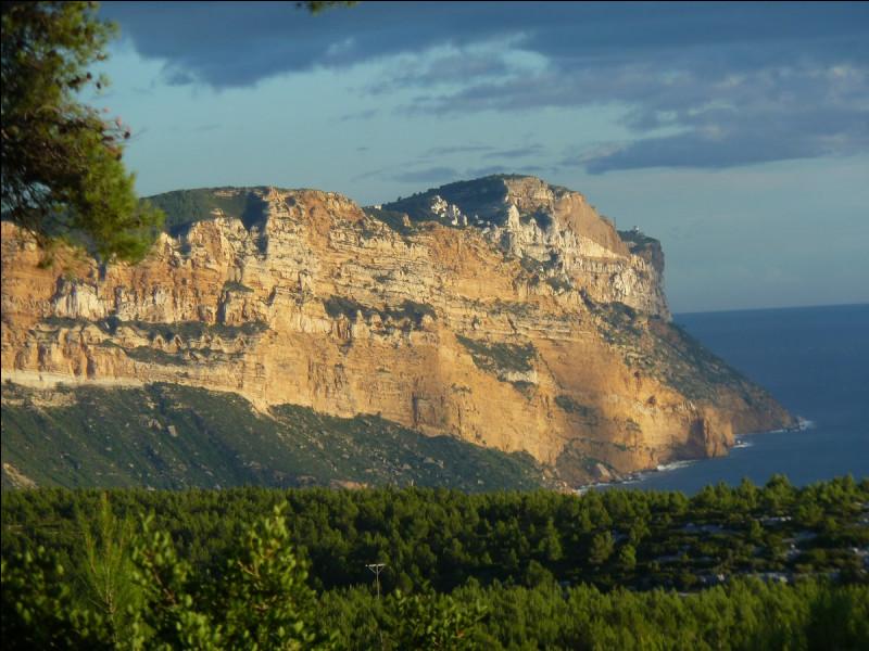 Quel est le nom de ce cap de la commune de Cassis qui culmine à 363 mètres d'altitude ?
