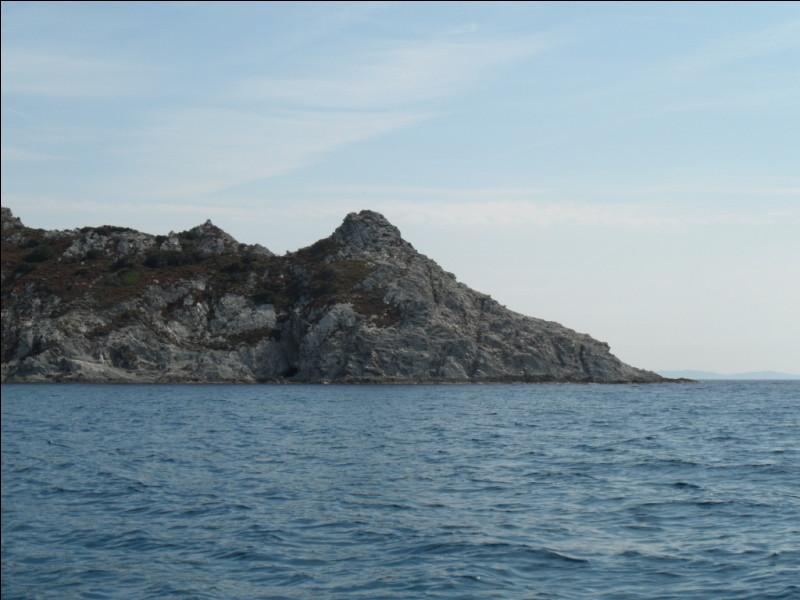 Quel est ce cap du Lavandou dont le nom fait référence à la couleur sombre de sa roche ?