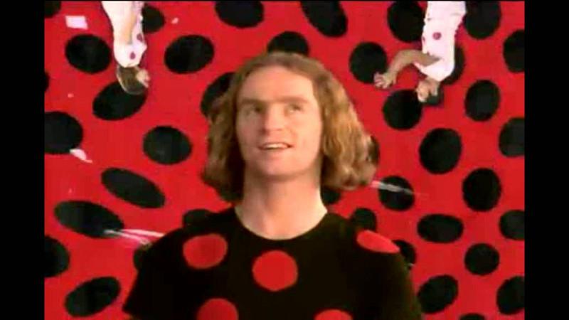 Avec un costume pareil, devinez ce que peut bien chanter le groupe Dionysos, en 1999 ?