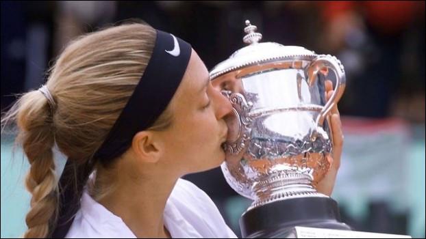 En 2000, quelle joueuse de tennis française remporte le tournoi de Roland-Garros ?