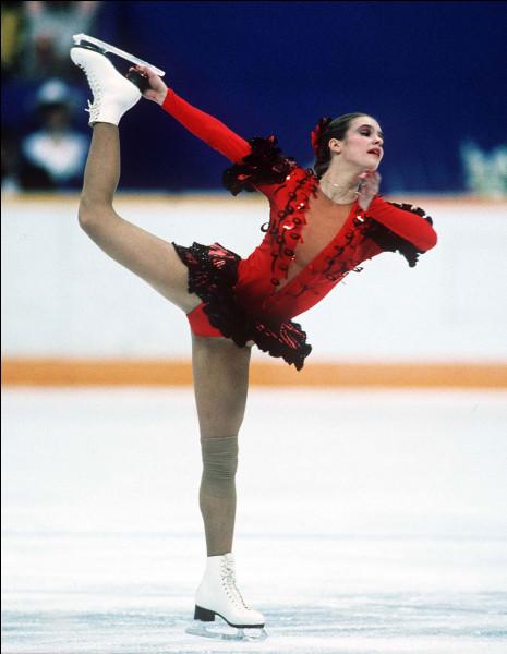 Quelle patineuse est-allemande remporte deux médailles d'or olympiques en 1984 et 1988 ?