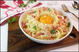Dans la recette italienne originale, lequel de ces ingrédients ne figure pas dans les pâtes à la carbonara ?