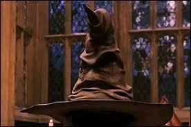 """Que dit le choipeaux ?""""Voici un peu plus de ... ans, lorsque j'étais jeune et ... , vivaient quatre ... sorciers, dont les noms nous sont ...."""""""