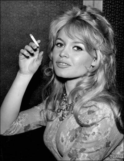 """Quelle marque de cigarettes n'a pas été couronnée de succès par une version """"blonde"""" ?"""