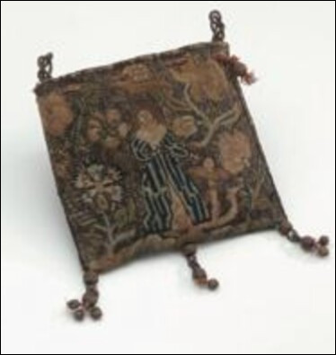 Que peut être ce bout de tissu datant du Moyen-Âge ?