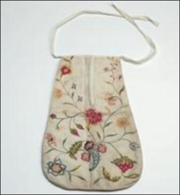 Comment étaient portées ces petites pochettes en illustration par les dames de la courtoisie du 17e et 18e siècle ?