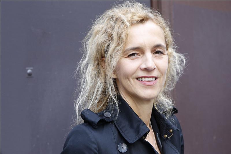 """Elle est l'auteur de dix romans, dont """"D'après une histoire vraie"""", couronné en 2015 par le prix Renaudot : c'est ..."""