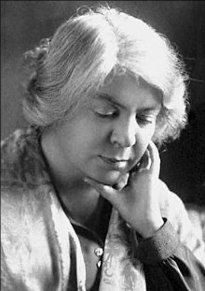 """Cette écrivaine italienne, auteur de """"Des roseaux sous le vent"""" (Canne al vento, 1913) , """"Dans le désert"""", l'histoire de Rosalia Asquer, une jeune Sarde venue s'installer chez son oncle à Rome, a reçu le prix Nobel de littérature 1926. C'est ..."""