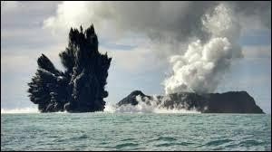 Quel océan de la planète est bordé par la ceinture de feu, des alignements de volcans longeant des zones de subduction ?