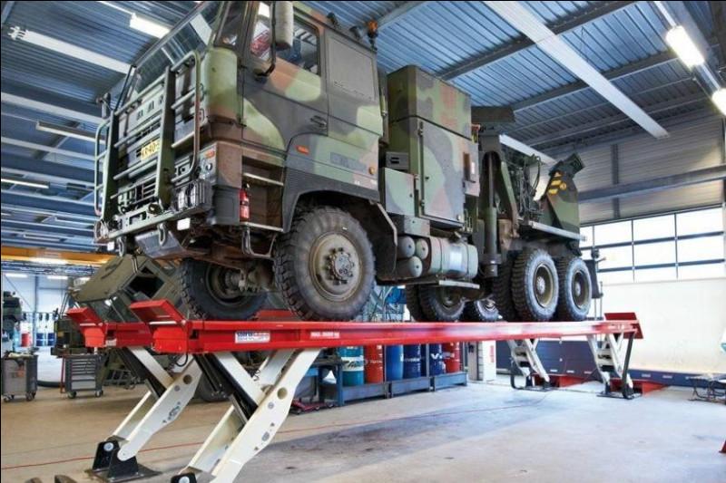 Dans ce lieu, notre équipe de mécaniciens répare et entretient la flotte de véhicules. Parmi ces propositions, quel engin de l'Armée française est amené à transporter des troupes à pied ?