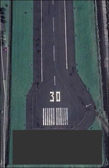 Au bout de la piste d'aviation, se trouve une grosse bande en béton visant à freiner un avion qui quitterait la piste. Comment ce dispositif s'appelle-t-il ?
