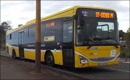 Ce bus permet le transport des membres de la base au plus près de leurs destinations. De quelle couleur est-il ?
