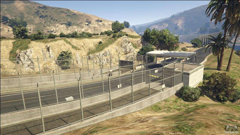 """Sur cette photo, on peut voir l'entrée et la sortie de la base. Cette illustration provient du jeu """"GTA V"""". Comment se nomme la base militaire du jeu ?"""