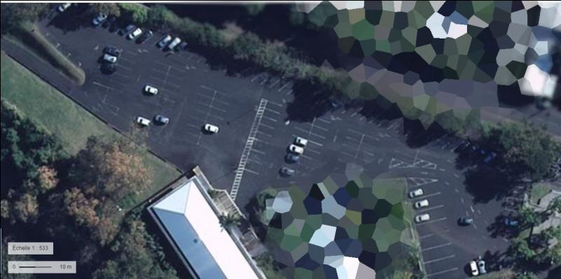Sur ce parking, les militaires garent leur véhicule personnel. Dans quelle commune de la Réunion se situe t-il ?