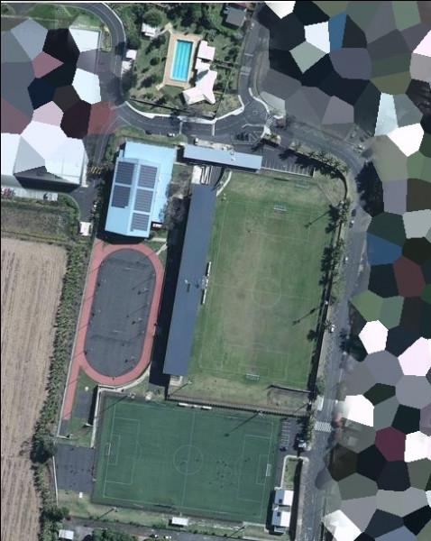 De même, elle possède également un grand espace dédié aux sports de tout type. C'est un(e)...