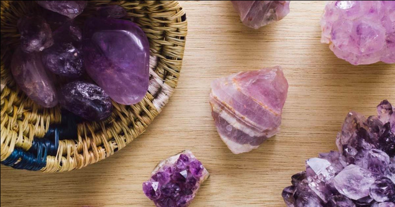 Quel est le nom de la pseudoscience qui consiste à soigner par le biais des cristaux ?