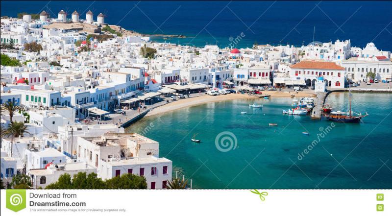 Cette île des Cyclades doit sa notoriété à Aristote Onassis qui y amarra son yacht en 1950. Comment s'appelle-t-elle ?