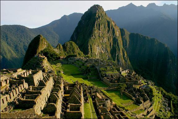 La ville ancienne de Machu Picchu se trouve ...