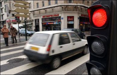 Quand un automobiliste ne s'arrête pas à un feu rouge, il commet ...