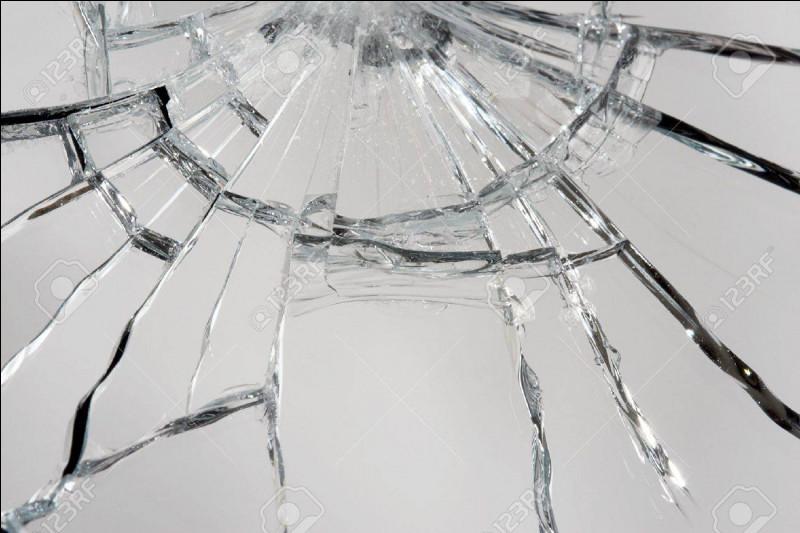 Selon la superstition, combien d'années de malheur nous sont infligées lorsqu'on casse un miroir ?