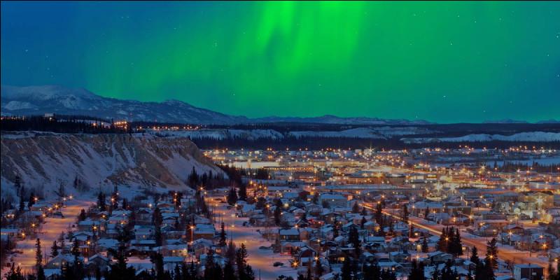 ''Wilderness City'' est son surnom : on y part pour l'aventure en régions sauvages. On atterrit dans cette ville canadienne et capitale du territoire du Yukon : la liaison aérienne y est fort active mais le recensement n'y dénombre, en résidents fixes, que 25,085 habitants, dont 3,760 francophones : ce sont des Québécois. Quel est son nom ?