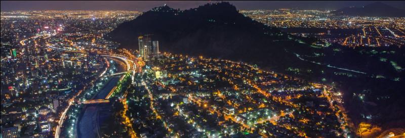 La ville se trouve dans une cuvette aux portes de la Cordillère des Andes : c'est la capitale et plus grande ville du pays. Il y a le quartier Providencia, pour profiter de la vie nocturne. Pour voir des maisons colorées, faut aller dans le Bellavista. Parcourez la Lastarria, piétonnière.Quelle est cette ville où l'on peut faire une balade le long de la rivière Mapocho qui la traverse ?