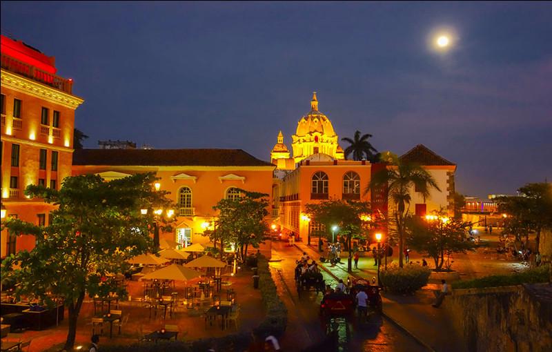 Station balnéaire de Colombie et capitale du département de Bolívar, son centre historique colonial préservé, est classé au patrimoine mondial de l'humanité par l'UNESCO.Quel est le nom de cette ville qui a su conserver ses fortifications coloniales et dont le centre historique s'orne de magnifiques balcons d'inspiration espagnole ?