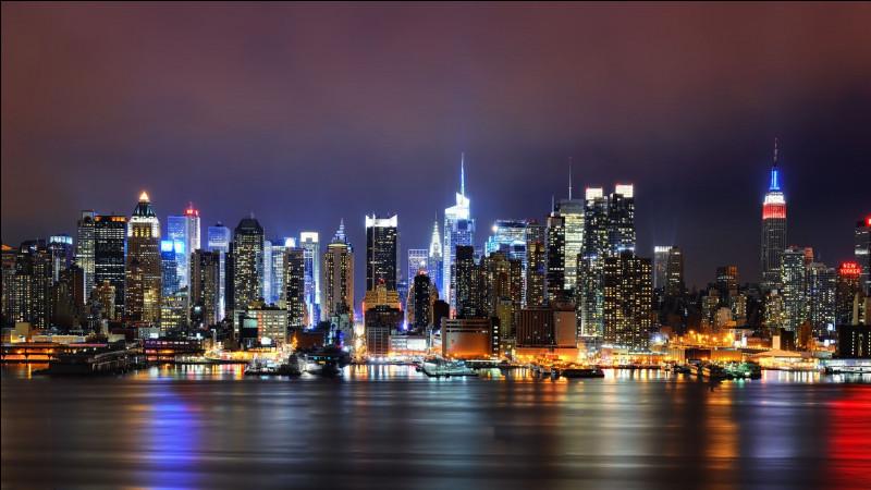 Voici la Big Apple, vue de l'autre côté de la rivière Hudson, sur les gratte-ciel de Wall Street : on voit l'Empire State Building à gauche, le 432 Park Avenue à droite et le One World Trade Center ainsi que la Chrysler, au centre.Trouvez cette ville, parfois considérée comme la capitale du monde.